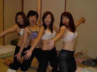旅行中女同士で悪ノリして撮影したセクシー画像 23