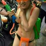 タイの水かけ祭りで中国人観光客の女性2人が過度の露出で警告を受ける