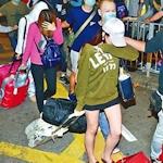 香港で売春組織を摘発 売春婦の連行に見物人数百人集まる