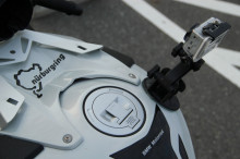 Univ. Leben mit Fotos und drei Motorrädern.