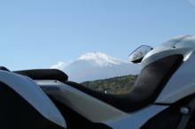 $Univ. Leben mit Fotos und drei Motorräder.