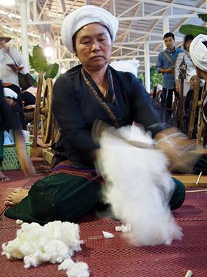 綿をほぐす