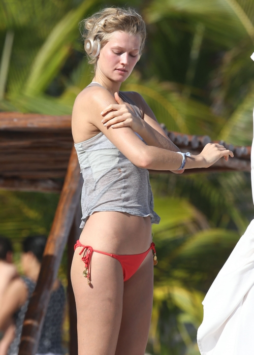 Toni Garrn - Topless on a beach in Mexico (27)