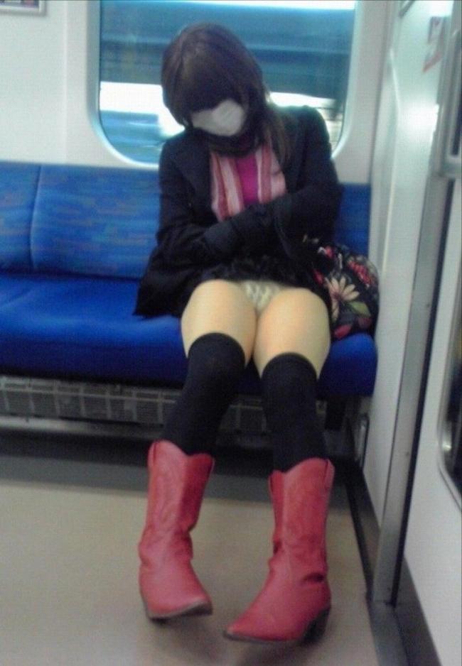 電車内パンチラ画像 10