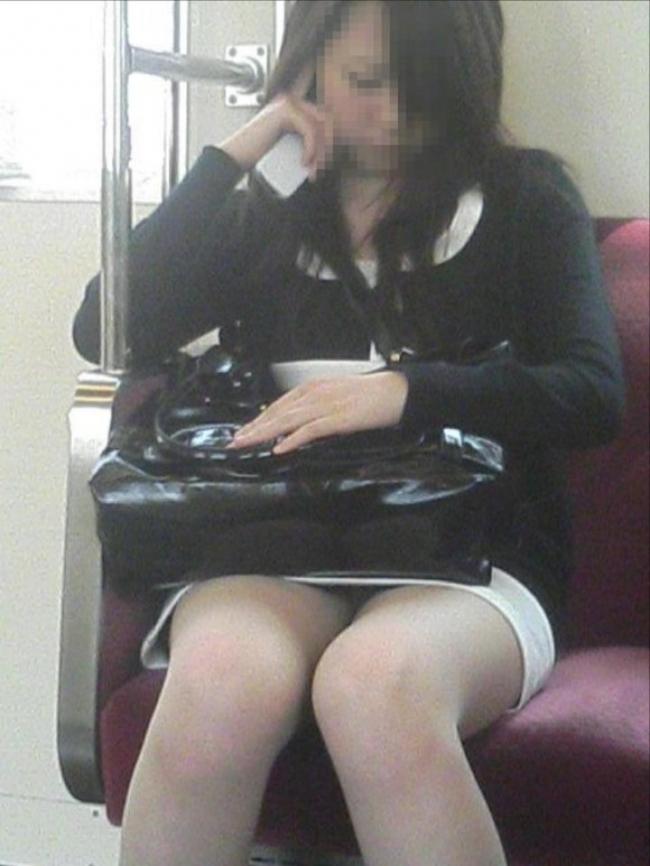 電車内パンチラ画像 17