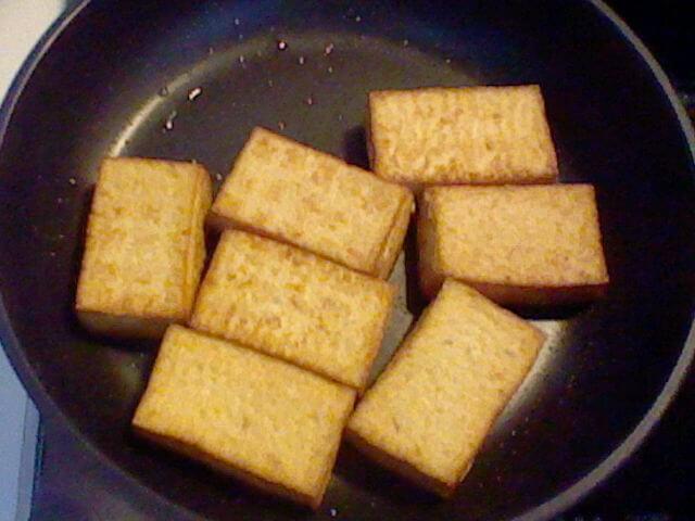 フライパンで焼いている厚揚げ