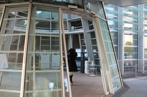 0009:国立新美術館 傾斜する入口ドア