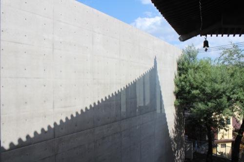 0024:尾道市立美術館 新館のRC壁に旧館の影が映る