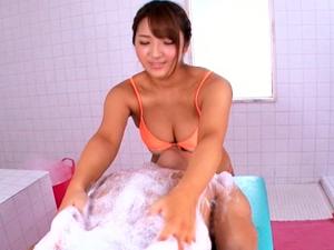 【神咲詩織】ムッチリ日焼け痴女がアナルの中まで洗ってくれる洗体サービスではチンポは膣内洗浄してくれます
