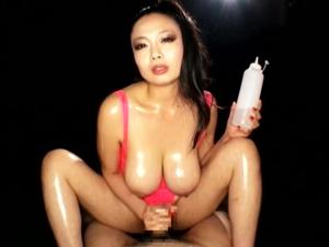 【黒沢那智】Kカップ106cm超乳痴女が馬乗り手コキで射精後もシゴき続け男の潮吹きさせます!