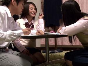 【夏目優希】バレないように机の下で友人の彼氏のチンポを手コキ抜きするショートカット痴女
