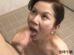勝手に風呂場に押しかけて手コキ、フェラ抜きしていく豊満おっかさん