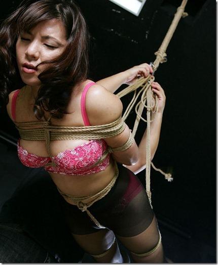 縄化粧する女の方が美しく見えるエロ画像06