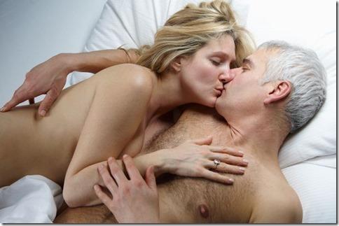 【夜の夫婦生活;海外編】絆と愛を深めるハグのエロ画像