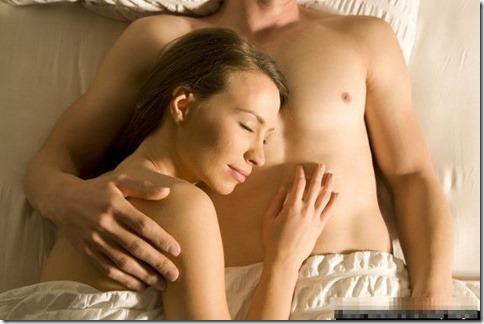 【夜の夫婦生活;海外編】絆と愛を深めるハグのエロ画像15