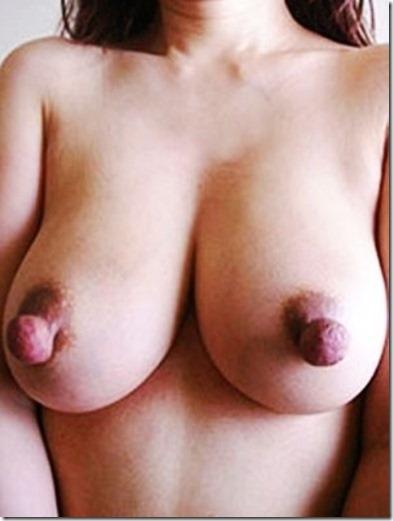 弾丸のように飛び出しそうな大きな乳首のエロ画像15