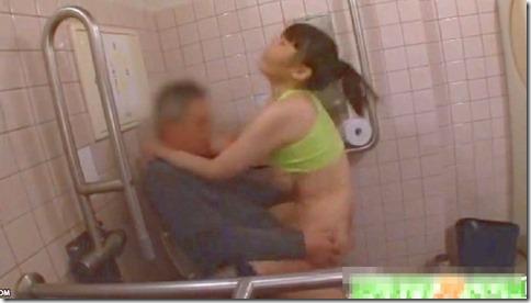 【上原保奈美】男を逆ナンし、公衆便所で男に跨がってイク巨乳女優